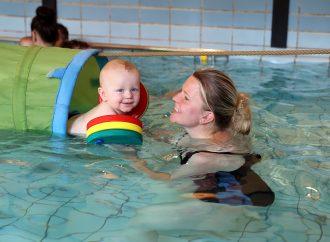 Babyschwimmen schult die Motorik und macht Spaß