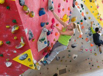 Bouldern in der Halle fördert Kraft und Koordination
