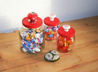 Bunte Haken und Dekogläser: DIY-Ideen für altes Spielzeug